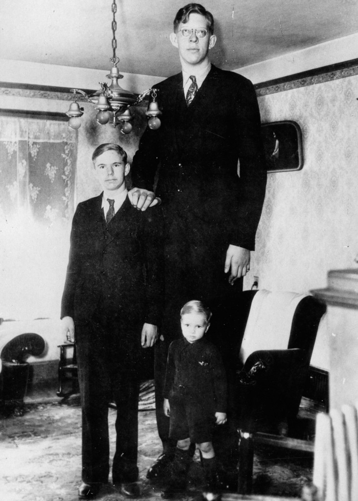 Der amerikanischer Robert Wadlow, der nachweifllich grˆflte Mensch in der Geschichte, feiert seinen 17. Geburtstag. Photographie. Um 1930. The american Robert Wadlow, who is the tallest man in medicine history, at his 17th birthday with his brothers. Photograph. America. Around 1930.